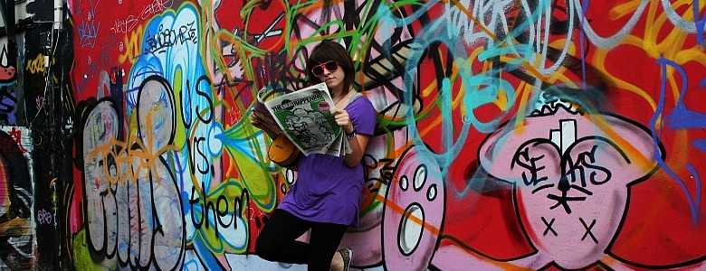 Mensch vor mit Graffitti bemalter Wand