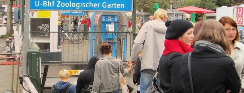 Menschen am U-Bahnhof Berlin-Zoologischer Garten