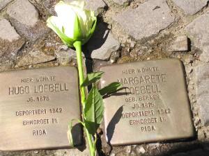 Gereinigte Stolpersteine für Hugo und Margarethe Loebell in Wilmersdorf